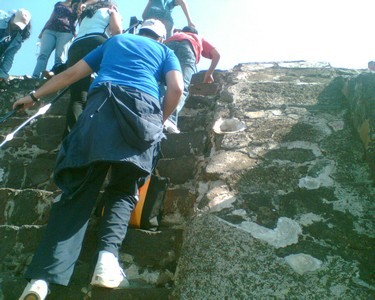 Teotihuacan03 - it's steep going up towards the sun!